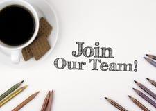 Junte-se a nossa equipe! Mesa branca com um lápis e uma xícara de café imagem de stock royalty free