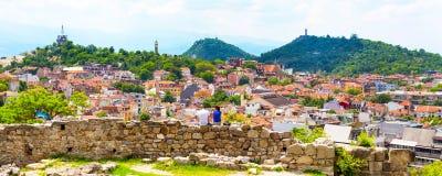 Junte sentarse en la pared de la fortaleza y la mirada de la vista de la ciudad de Plovdiv, Bulgaria Imágenes de archivo libres de regalías