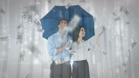 Junte sostener un paraguas con caer de las cuentas de dinero