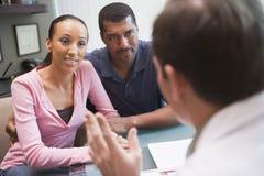 Junte tener discusión con el doctor en clínica de IVF imagenes de archivo