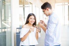 Junte tener fecha y la consumición del helado en alameda de compras Imagen de archivo libre de regalías
