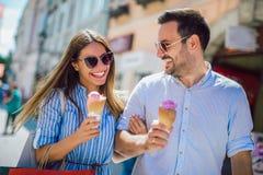 Junte tener fecha y la consumici?n del helado despu?s de hacer compras foto de archivo