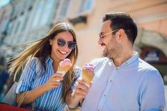 Junte tener fecha y la consumici?n del helado despu?s de hacer compras imagen de archivo
