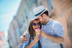 Junte tener fecha y la consumici?n del helado despu?s de hacer compras imagenes de archivo