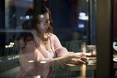 Junte tener un buen rato en un café Imagen de archivo libre de regalías