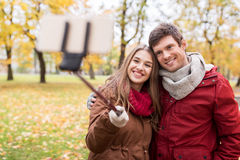 Junte tomar el selfie por smartphone en parque del otoño Imagen de archivo