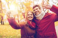 Junte tomar el selfie por smartphone en parque del otoño Fotos de archivo