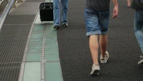 Junte viajar en el extranjero, el hombre y a la mujer que caminan con la calle de la ciudad de la maleta abajo almacen de metraje de vídeo