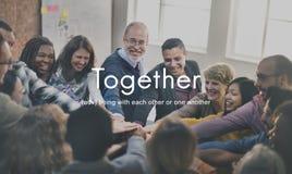 Junto concepto de la ayuda de los amigos de la familia de la comunidad fotos de archivo