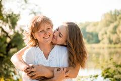 Junto - madre feliz e hija adolescente al aire libre Fotografía de archivo libre de regalías