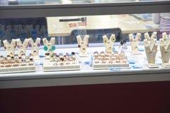 JUNWEX Moskau 2014 schellt und Ohrringe mit Edelsteinen Stockbilder