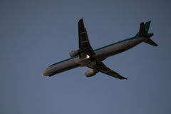 30 Juny 2016年法鲁,葡萄牙 客机飞行在从机场的起飞跑道日落的 从机场的平面离开 图库摄影