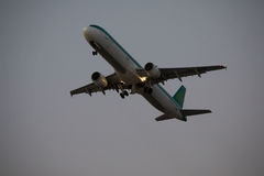 30 Juny 2016年法鲁,葡萄牙 客机飞行在从机场的起飞跑道日落的 从机场的平面离开 库存图片