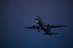 30 Juny 2016 Faro, Portugal Mouche d'avion de passagers au-dessus de piste de décollage d'aéroport au coucher du soleil Départ pl Photo stock