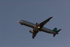 30 Juny 2016 Faro, Portugal Mouche d'avion de passagers au-dessus de piste de décollage d'aéroport au coucher du soleil Départ pl Photographie stock