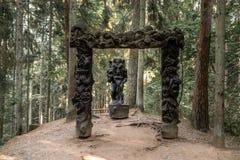 JUODKRANTE LITAUEN - AUGUSTI, 2018: Den gamla träskulpturstatyståenden, häxakulle parkerar, Juodkrante, spottade Curinian, Litaue royaltyfri bild