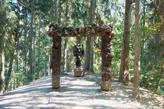 JUODKRANTE LITAUEN - JULI 16, 2015: Gammal trädekorerad scul royaltyfri foto