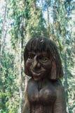 JUODKRANTE, LITUÂNIA - 16 DE JULHO DE 2015: Stat de madeira velho da escultura imagens de stock royalty free