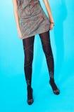Jupe courte et collants foncés photo stock