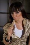 jupe d'or de beau brunette photo stock