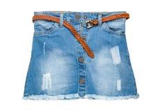 Jupe de jeans Plan rapproché de jupe courte sexy de blues-jean avec une ceinture en cuir brune élégante d'isolement sur un fond b images stock