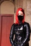 Jupe de PVC de femme et facemask gothiques image stock