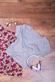 Jupe, T-shirt, verres et écouteurs lumineux Photographie stock libre de droits