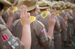 Juramento asiático dos escuteiros de menino explicado em atividades do acampamento como parte do estudo Foto de Stock