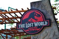 Jurassic Park tema i universella studior Singapore Arkivfoton