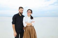 Jurastudenten bemannen und Frau freuen sich am Führen des Prüfungstanzens lizenzfreie stockfotos