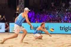Jurg Wutzl mottar perfekt en boll i finalerna av utmaningen för den Ljubljana strandsalvan Fotografering för Bildbyråer