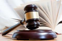 Juridisk hammare och boken Arkivfoton