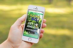 JURMALA,拉脱维亚- 2016年7月13日:Pokemon是电话的流动网站 Pokemon Go是一场被增添的现实机动性比赛 免版税库存图片