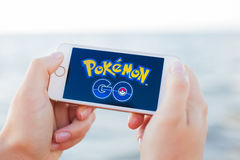 JURMALA,拉脱维亚- 2016年7月13日:Pokemon去在电话的商标 Pokemon Go是一场基于地点的被增添的现实机动性比赛 库存图片