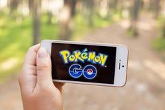 JURMALA,拉脱维亚- 2016年7月13日:Pokemon Go是一场基于地点的被增添的现实机动性比赛 库存照片