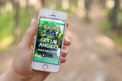 JURMALA,拉脱维亚- 2016年7月13日:Pokemon Go是被下载的智能手机app在美国在它的前三天  库存图片