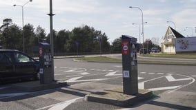 Jurmala, Λετονία - 2 Απριλίου 2019: Οι άνθρωποι πληρώνουν 2 ΕΥΡ για να μπούν στην πόλη φιλμ μικρού μήκους