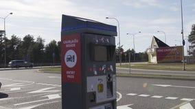JURMALA,拉脱维亚- 2019年4月2日:人们支付2 EUR进入城市 影视素材