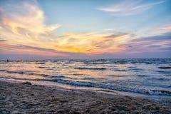 Jurmala, Latvia 2018-07-20 Być na wakacjach w Jurmala małym mieście, evening dennym dopatrywaniem zmierzch, piękni niebo kolory obraz stock