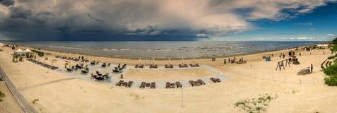 JURMALA LATVIA, LIPIEC, - 06, 2017: Panorama piaskowata plaża w Jurmal Obraz Stock