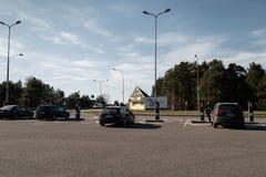 JURMALA, LETÓNIA - 2 DE ABRIL DE 2019: Os povos estão pagando 2 EUR para entrar na cidade fotografia de stock royalty free