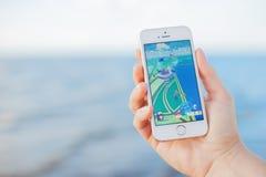 JURMALA, LETÓNIA - 13 de julho de 2016: Pokemon vai tiro de tela gameplay no telefone Pokemon Go é uma multidão aumentada lugar-b Imagens de Stock Royalty Free