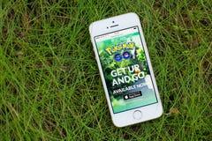 JURMALA, LETÓNIA - 13 de julho de 2016: Pokemon vai Web site no smartphone Pokemon Go é um gam aumentado lugar-baseado do móbil d Imagens de Stock Royalty Free