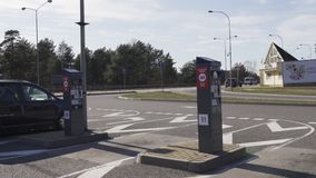 JURMALA, LETLAND - APRIL 2, 2019: De mensen betalen 2 EUR om de stad in te gaan stock footage