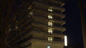 JURMALA, LETONIA - 2 DE ABRIL DE 2019: Edificio en la noche - hotel de varios pisos renovado del hotel de Lielupe Semarah en los  almacen de video
