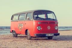 Jurmala, Letonia - 28 de mayo de 2016: autobús del vintage en la playa Foto de archivo