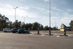 JURMALA LETTLAND - APRIL 2, 2019: Folket betalar 2 EUR för att skriva in staden arkivfoto