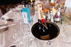 JURMALA LETTLAND - JANUARI 01, 2019: Moet lyxig champagne på en tabell med en flaska av gin Bombay i bakgrunden royaltyfri fotografi