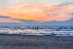 Jurmala, Lettland 2018-07-20 In kleiner Stadt Jurmala und durch das Meer, das den Sonnenuntergang aufpasst, machen glätten Urlaub lizenzfreies stockbild