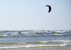 Jurmala (Lettland). Surfen mit einem Fallschirm Lizenzfreies Stockfoto